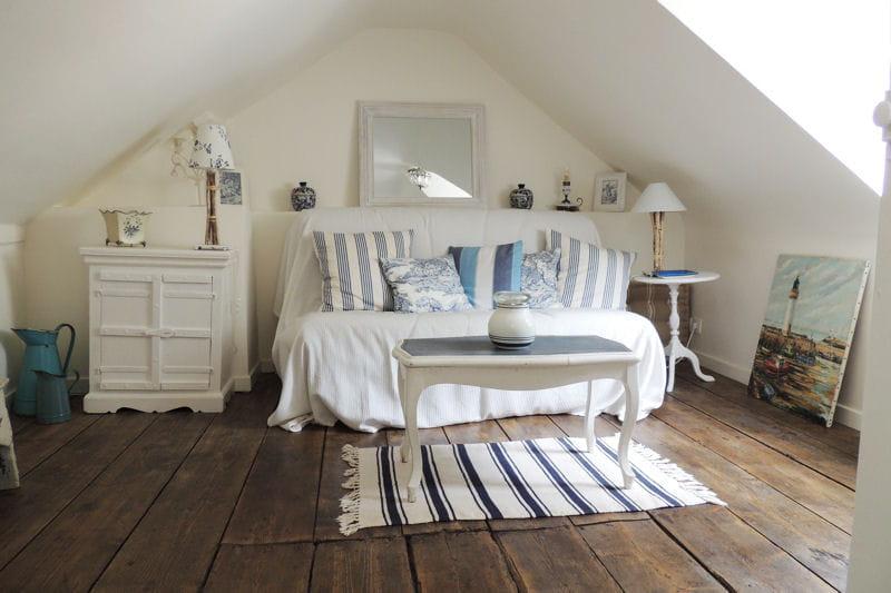 nid douillet en bleu et blanc visitez la maison de christine trouville journal des femmes. Black Bedroom Furniture Sets. Home Design Ideas
