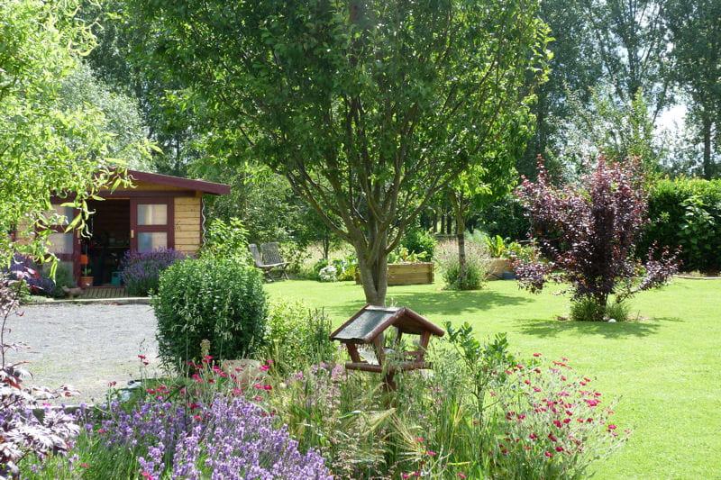 La mangeoire aux oiseaux : Visitez le jardin de Joëlle - Journal des ...