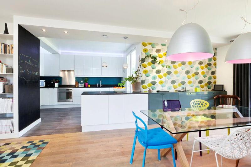 Une grande cuisine ouverte fantaisie color e dans une for Grande cuisine ouverte