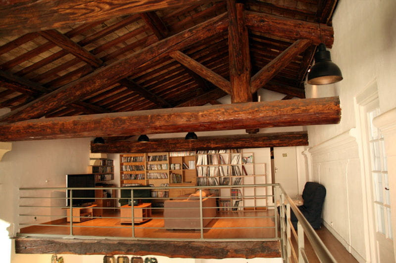 Un salon en mezzanine combles et greniers des espaces - Construire une mezzanine suspendue ...