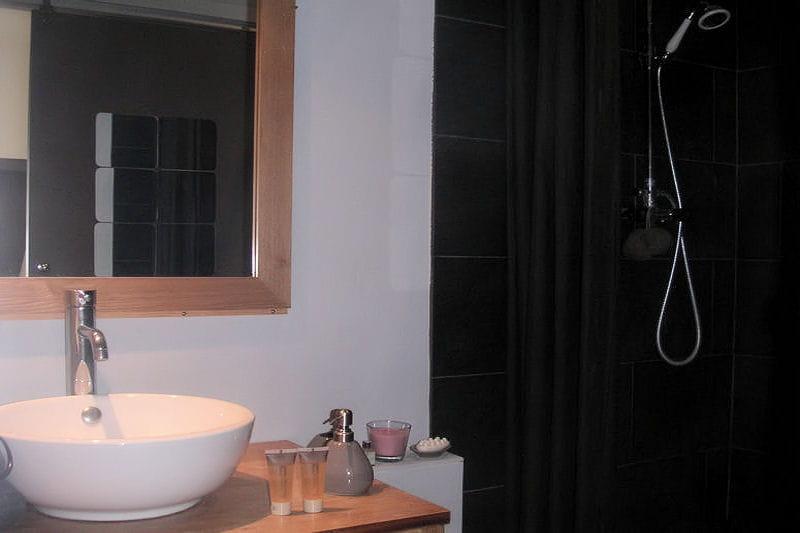 Une salle d 39 eau en noir et bois visitez la maison d 39 anne sophie journal des femmes - Salle d eau zen ...