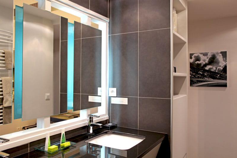 miroir effet 3d accessoiriser sa salle de bains comme une pro journal des femmes. Black Bedroom Furniture Sets. Home Design Ideas
