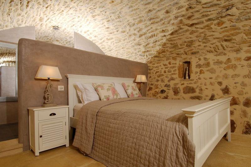 Le puits au c ur du beige et du gris au mas d 39 augustine une ancienne ferme journal des femmes - Chambre gris et beige ...