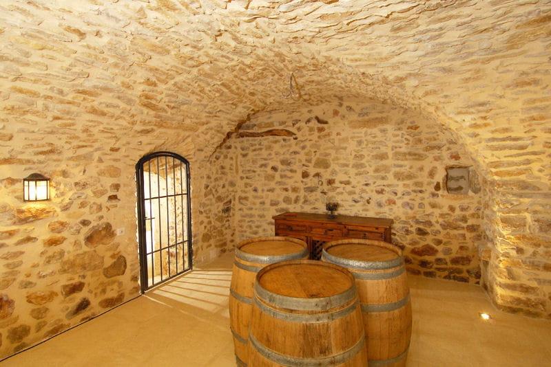 la cave vins un lieu unique au mas d 39 augustine une ancienne ferme journal des femmes. Black Bedroom Furniture Sets. Home Design Ideas