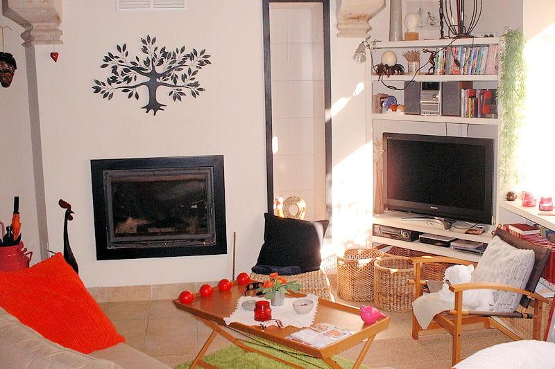 pr s de la chemin e visitez la maison de carine journal des femmes. Black Bedroom Furniture Sets. Home Design Ideas