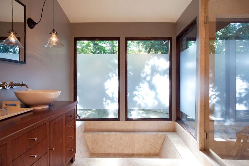 Une baignoire design dans la salle de bains une maison ouverte sur la nature san francisco for Comfemme nue dans la salle de bain
