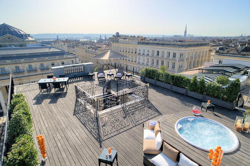 Comble du luxe une vue panoramique sur la ville de for La boutique hotel de bordeaux