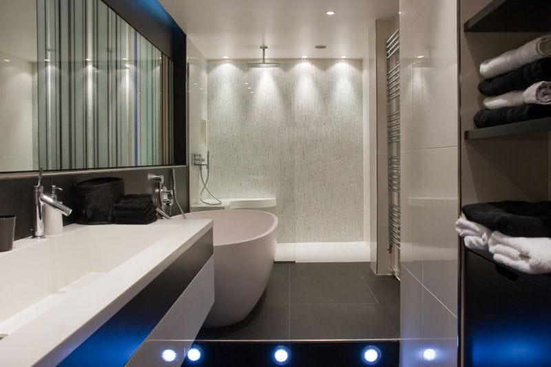 Eclairage high tech salle de bains 80 id es top - Douche high tech ...