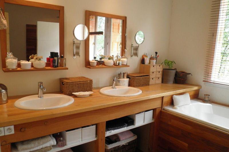 salle de bains lumineuse visitez la maison de greta journal des femmes. Black Bedroom Furniture Sets. Home Design Ideas