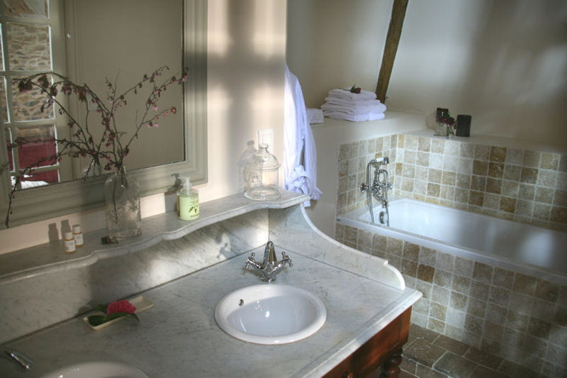 Du marbre vieilli dans la salle de bains des combles - Meuble salle de bain romantique ...