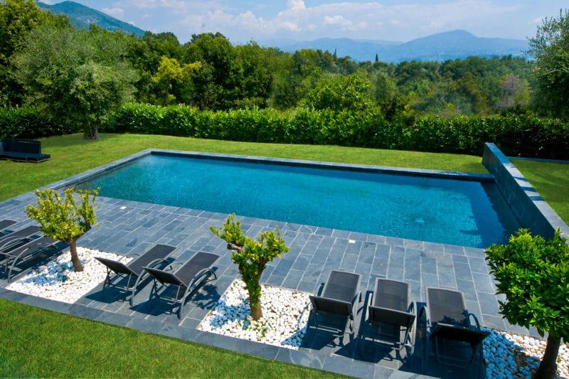 Piscine familiale de forme angulaire troph e d 39 argent - Forme de piscine creusee ...