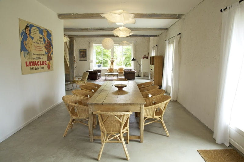 Image Bois Clair : Grande tabl?e en bois clair : Deux maisons d'h?tes, deux styles