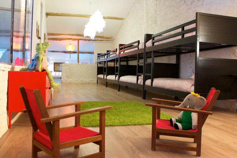 un dortoir vitamin pour les enfants deux maisons d 39 h tes deux styles d co imiter journal. Black Bedroom Furniture Sets. Home Design Ideas
