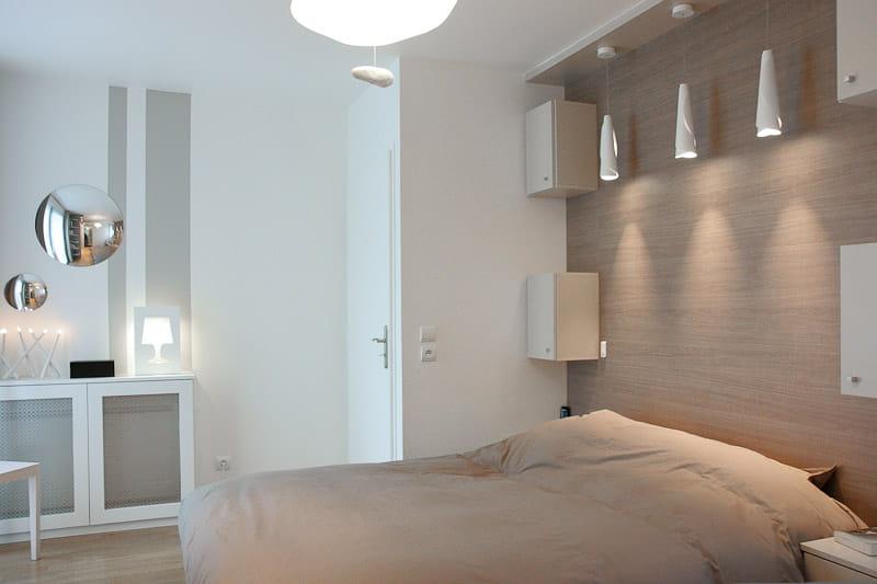 Une chambre parentale aux tons naturels un duplex familial et contemporain - Meubler une petite chambre adulte ...