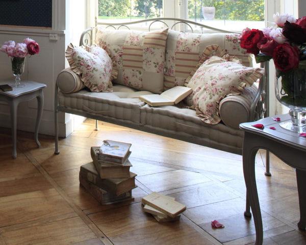 banquette en fer forg chez comptoir de famille canap le plus beau mod le pour mon salon. Black Bedroom Furniture Sets. Home Design Ideas