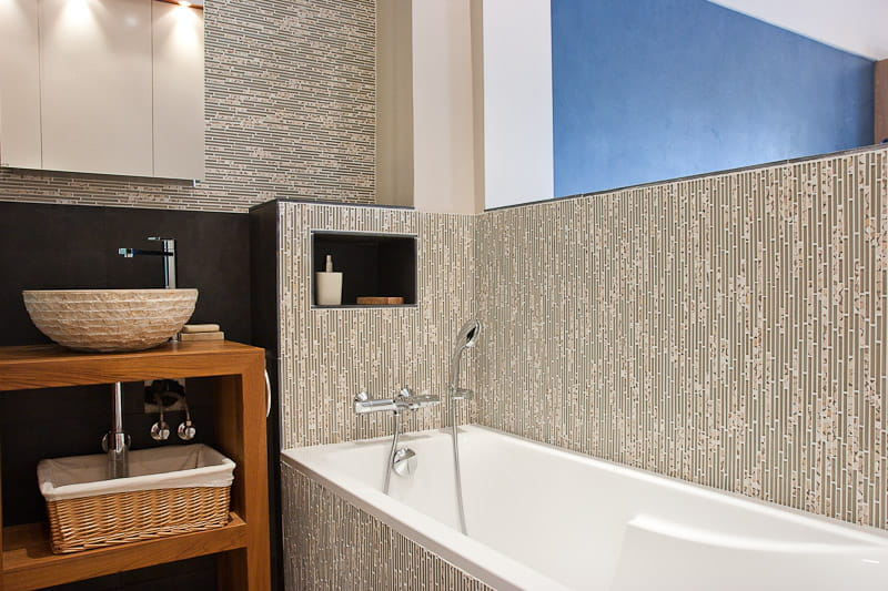 Cure zen dans la salle de bains un petit loft la d co zen journal des femmes for Comfemme nue dans la salle de bain