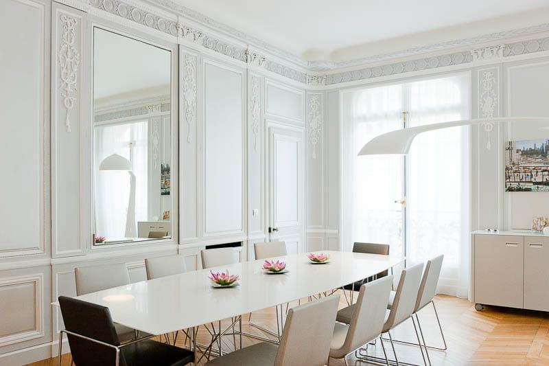 Une salle manger comme drap e de blanc un appartement for Salle a manger haussmannien