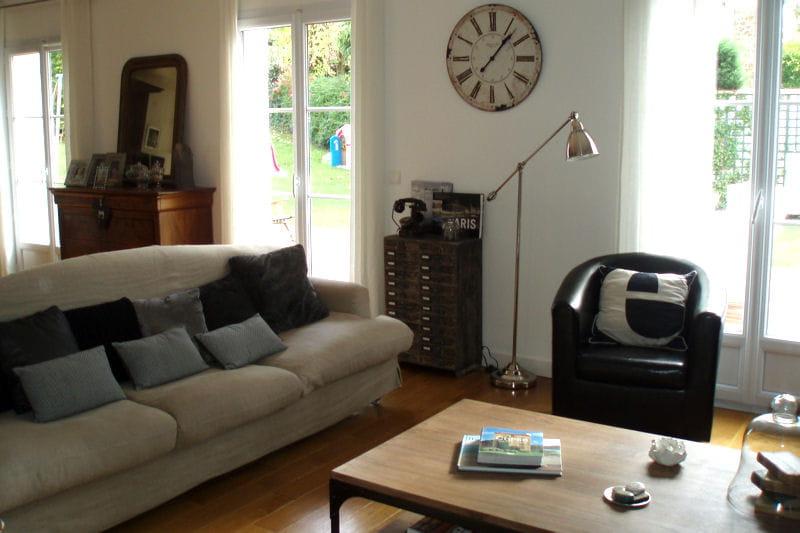 Modernit discr te des salons de lectrices pleins d for Decorer sa maison virtuellement gratuit