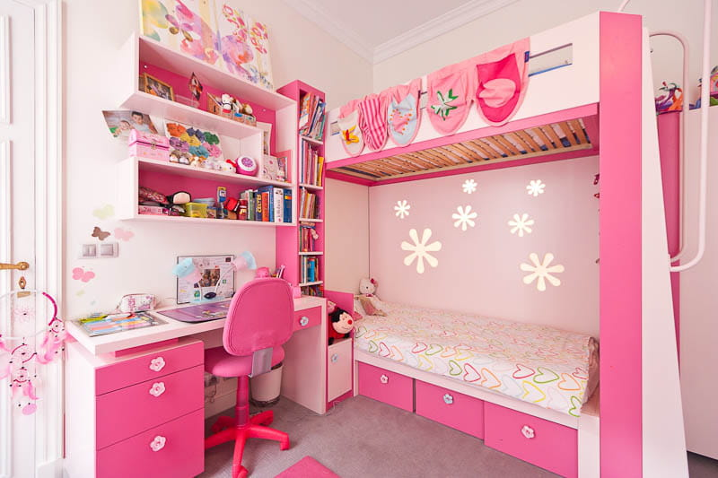Une chambre rose bonbon un appartement familial qui for Decoration chambre de fille rose