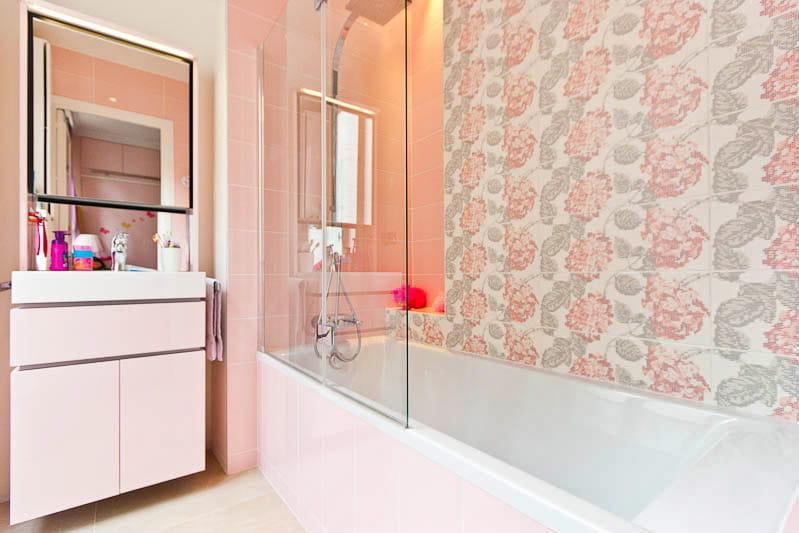 Une salle de bains d di e la rose un appartement for Deco appartement rose