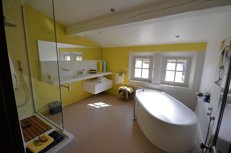 Salle de bains jaune citron le mas de mon p re une maison proven ale la d co vintage - Salle de bain jaune ...