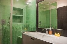 les revêtements peuvent aider à corriger les petits défauts de la salle de bains
