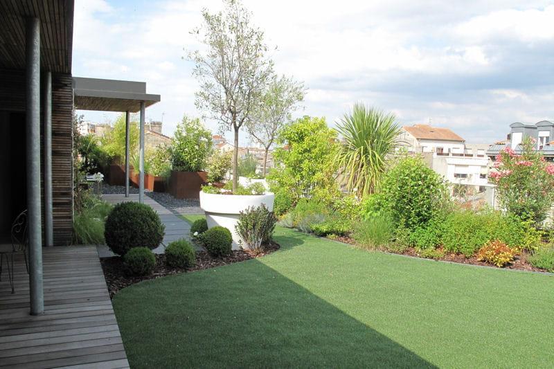 une pelouse synth tique qui fait illusion avant apr s un toit transform en jardin journal. Black Bedroom Furniture Sets. Home Design Ideas