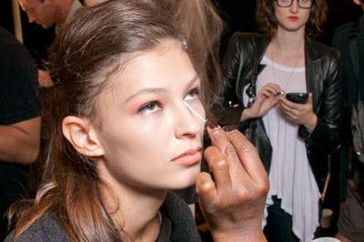 maquillage bien appliquer son anti cernes journal des femmes. Black Bedroom Furniture Sets. Home Design Ideas