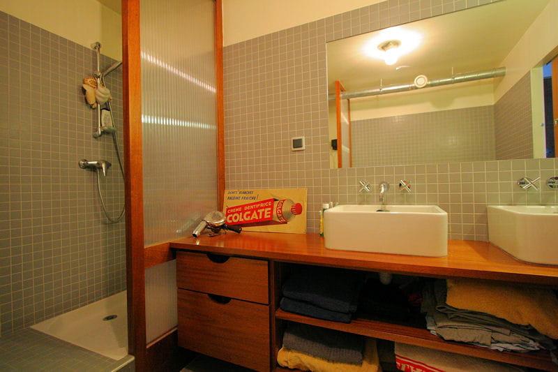 Un plan vasque avec rangements int gr s salle de bains for Plan bois salle de bain
