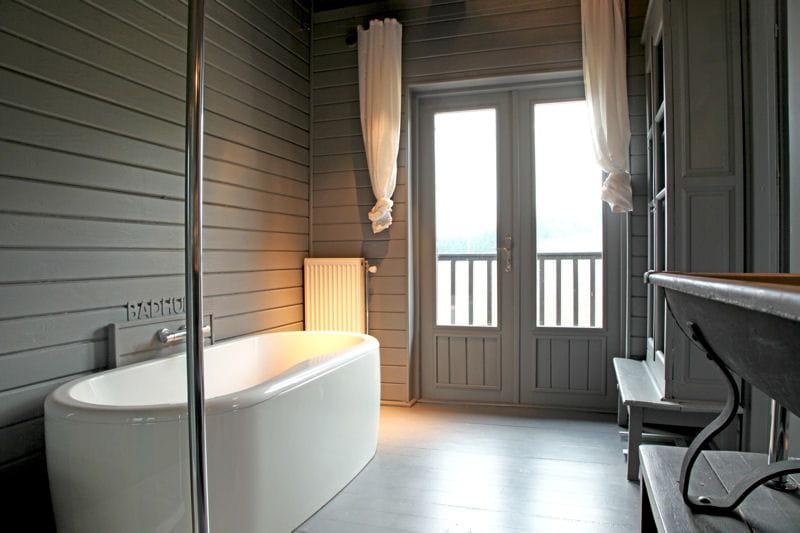 Charme du lambris gris salle de bains et bois un duo suivre journal d - Lambris bois dans salle de bain ...