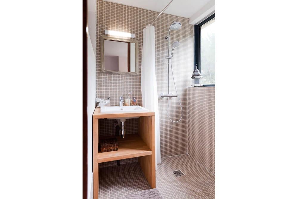 une salle d 39 eau dans une ancienne loggia un appartement au look archi sous le soleil de. Black Bedroom Furniture Sets. Home Design Ideas