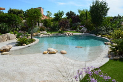 Construire l 39 abri des vents dominants piscine les for Piscine miroir cout