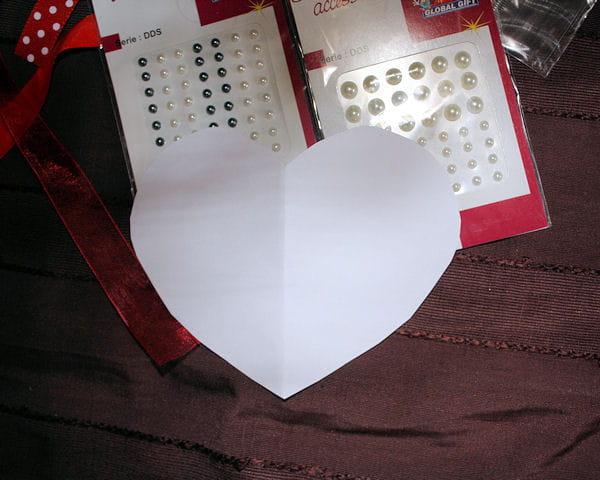 etape 1 d couper un coeur saint valentin fabriquer une pochette cadeau en carton journal. Black Bedroom Furniture Sets. Home Design Ideas