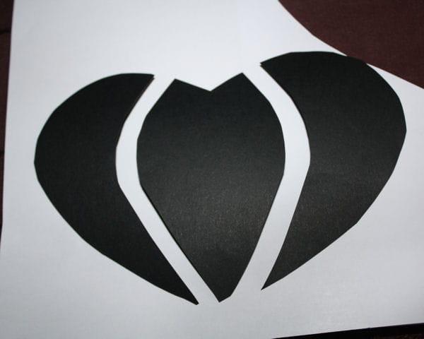 etape 5 d couper le coeur noir saint valentin fabriquer une pochette cadeau en carton. Black Bedroom Furniture Sets. Home Design Ideas