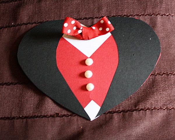 etape 8 coller le noeud et les boutons saint valentin fabriquer une pochette cadeau en. Black Bedroom Furniture Sets. Home Design Ideas