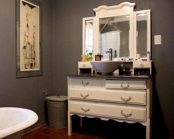 une commode romantique 20 meubles sous vasque r cup 39 pour la salle de bains journal des femmes. Black Bedroom Furniture Sets. Home Design Ideas