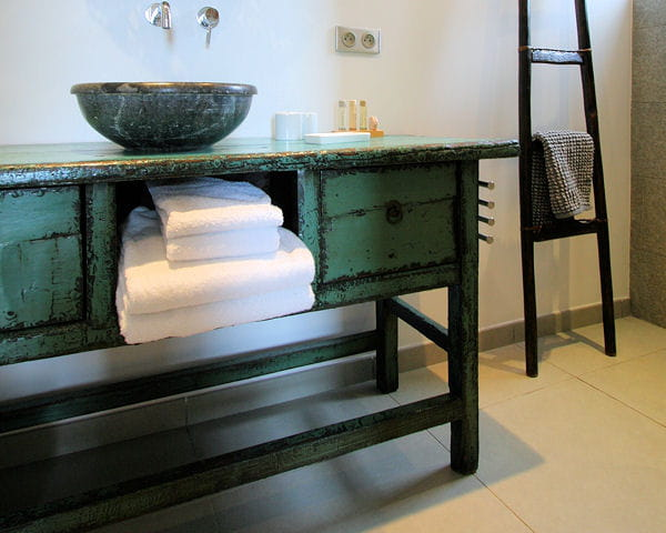 une console chin e vert meraude 20 meubles sous vasque. Black Bedroom Furniture Sets. Home Design Ideas