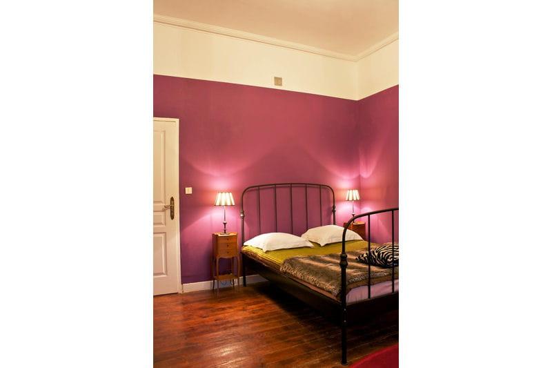 Ambiance prune dans la chambre du com dien d co color e - Deco chambre prune ...