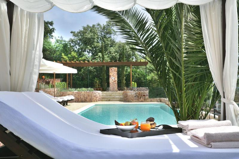 d tente au bord de la piscine bienvenue au yaktsa h tel journal des femmes. Black Bedroom Furniture Sets. Home Design Ideas