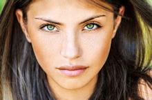 les yeux verts sont sublimés avec des tonalités de rouge.