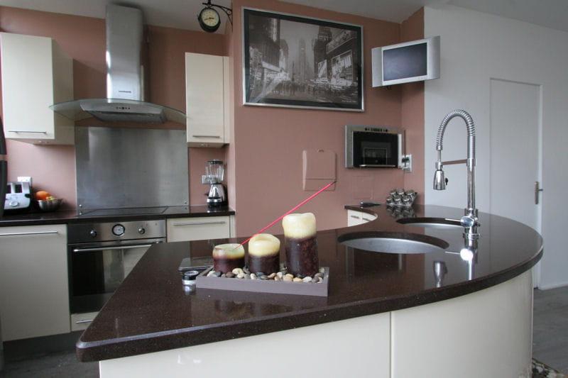 cuisine rose p le et marron d co de cuisine des id es de pi ces bicolores journal des femmes. Black Bedroom Furniture Sets. Home Design Ideas