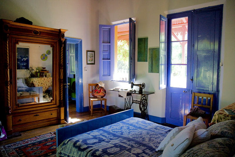 une chambre bleue inond e de lumi re une maison en bois la d co arc en ciel journal des femmes. Black Bedroom Furniture Sets. Home Design Ideas