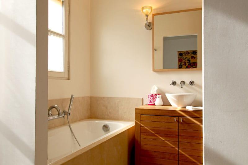 Salle de bains épurée - Un appartement aux mille facettes déco ...
