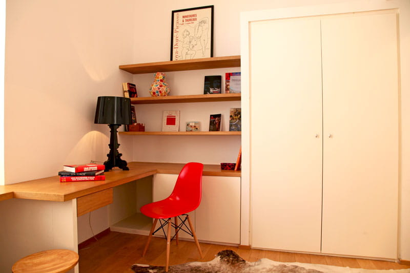 rouge bureau un appartement aux mille facettes d co journal des femmes. Black Bedroom Furniture Sets. Home Design Ideas