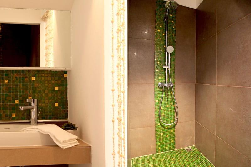 Vert bisazza un appartement aux mille facettes d co for Carrelage salle de bain bleu vert