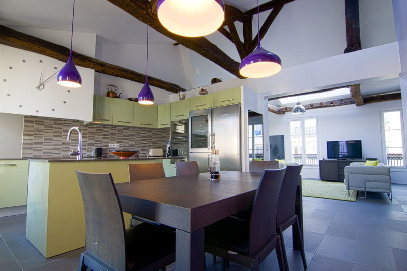 une grande cuisine ouverte m tamorphose d 39 un appartement sous les toits journal des femmes. Black Bedroom Furniture Sets. Home Design Ideas
