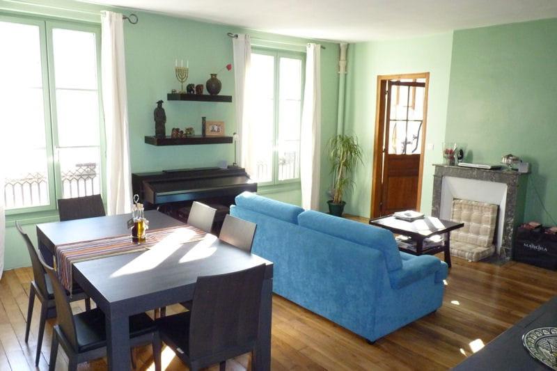 Peinture vert deau aux murs, canapé cyan, mobilier dépareillé ...