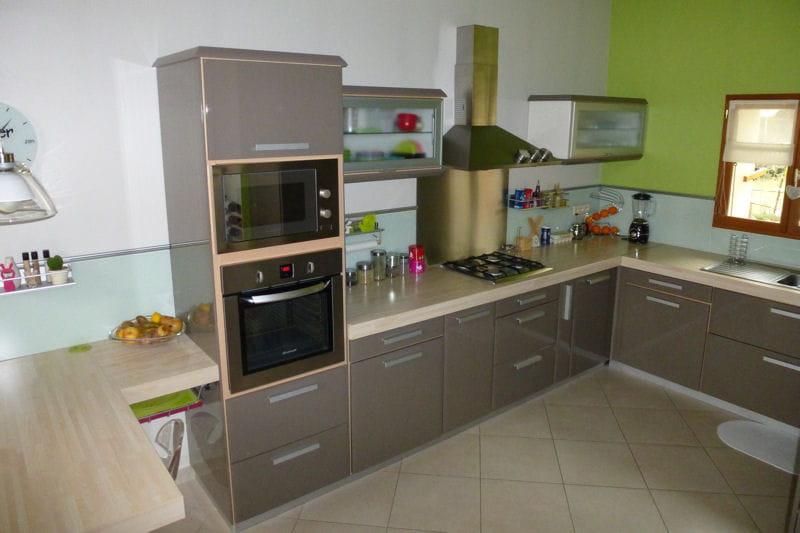Visitez la maison de Brigitte Une cuisine ouverte beige et conviviale