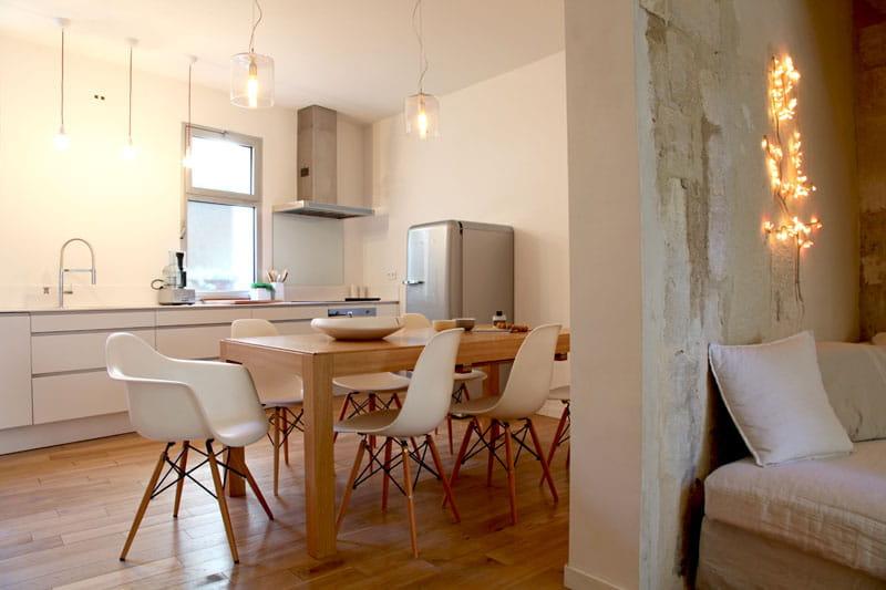 Touches design en cuisine d co blanche et lumi re dans for Deco lumiere sejour