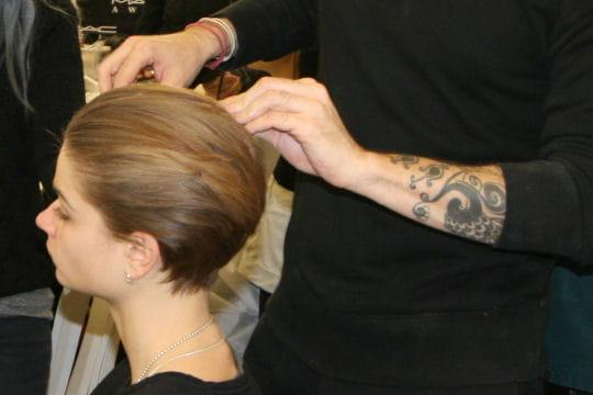 coiffure cheveux plaqu s en arri re fashion week paris les coulisses beaut du d fil. Black Bedroom Furniture Sets. Home Design Ideas